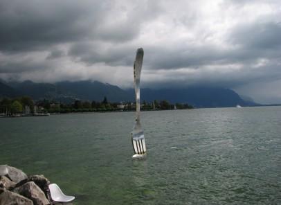 Fotografii surprinzătoare: Furculiţa înfiptă în… apa lacului Leman, la Vevey