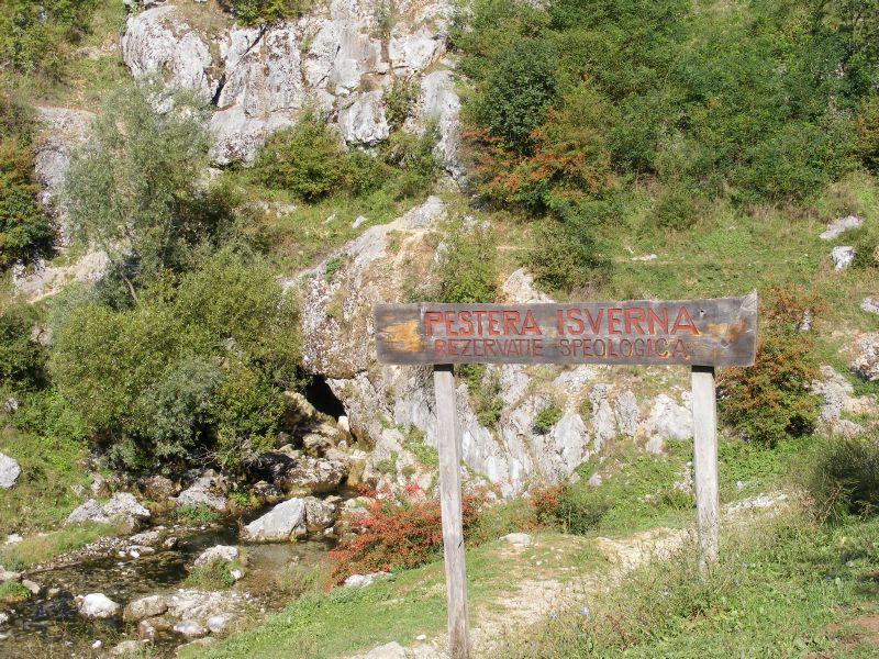 Intrarea în peștera din Izverna