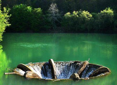 Cascada din mijlocul lacului. O imagine unică în România și în lume (VIDEO)