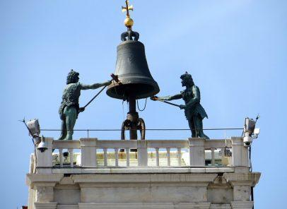 """Nicolae Iorga: Din Italia. Veneţia (9) """"Doi gladiatori de același metal bat ceasurile cu ciocanele lor înverzite"""""""